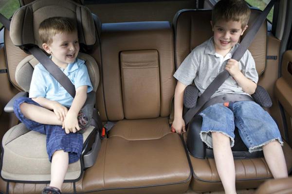 Crianças usando cinto de segurança no banco traseiro - by robertocooper.com